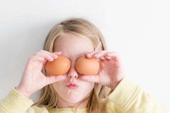 bambina con uova