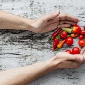 mani con verdure