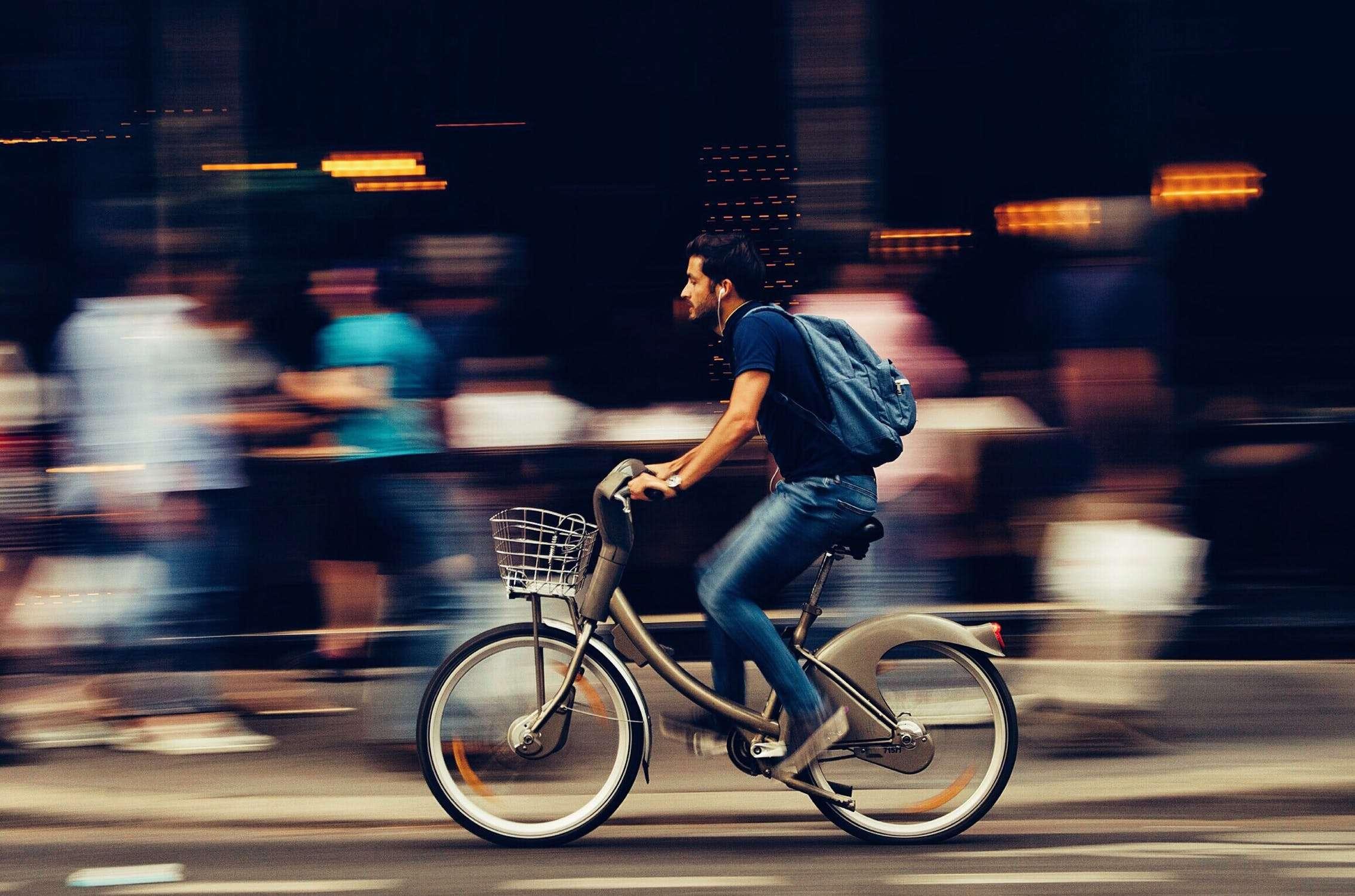 ragazzo in bici