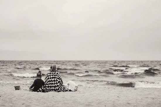 mamma e bambina al mare