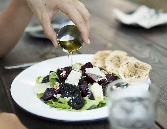 olio di oliva medicina su insalata