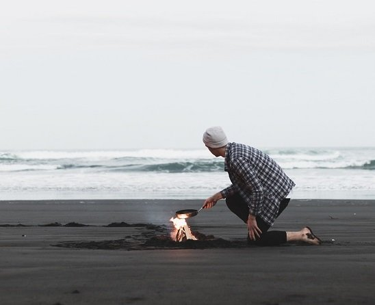ragazzo sulla spiaggia cibo sostenibile